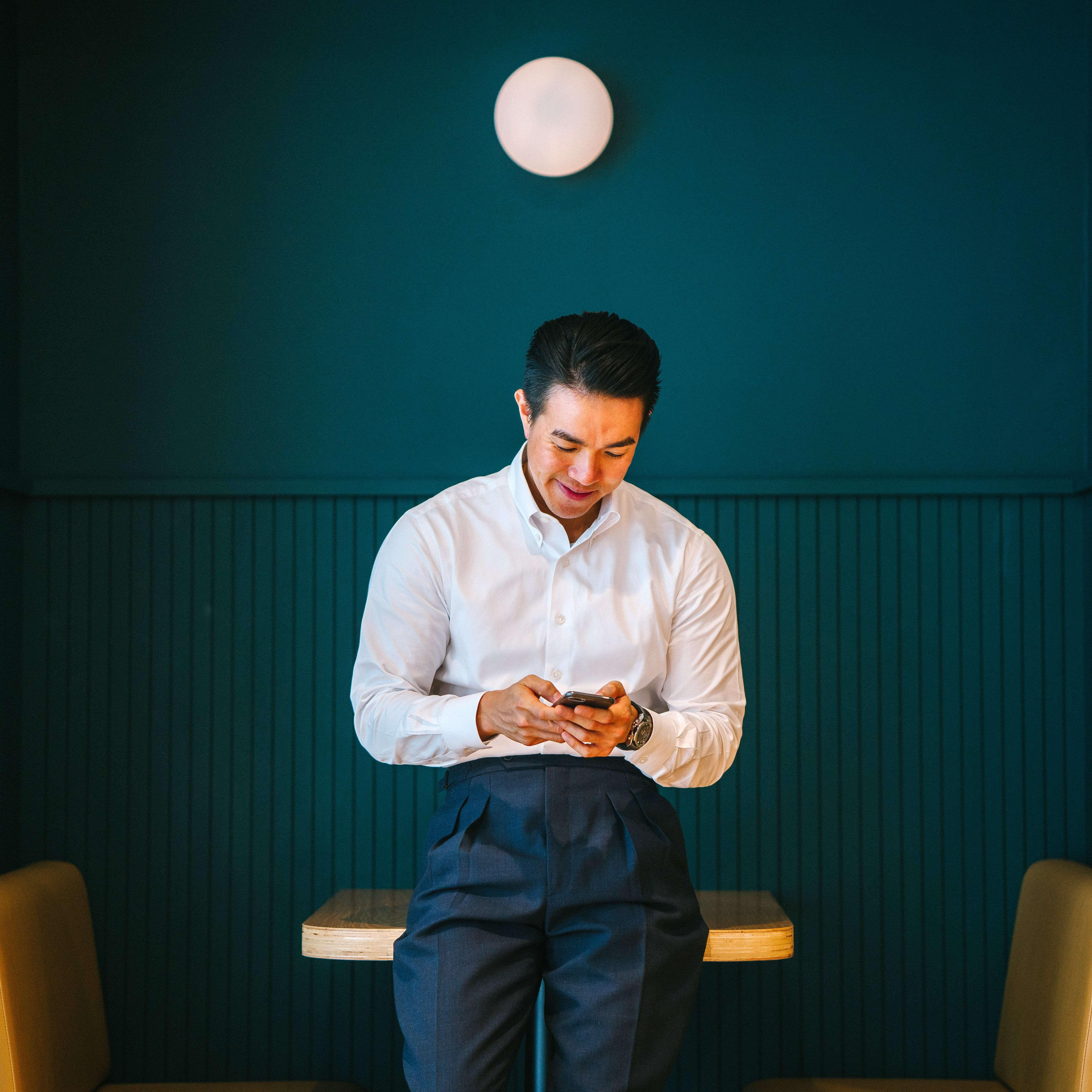 Pria Memegang Smartphone Hitam